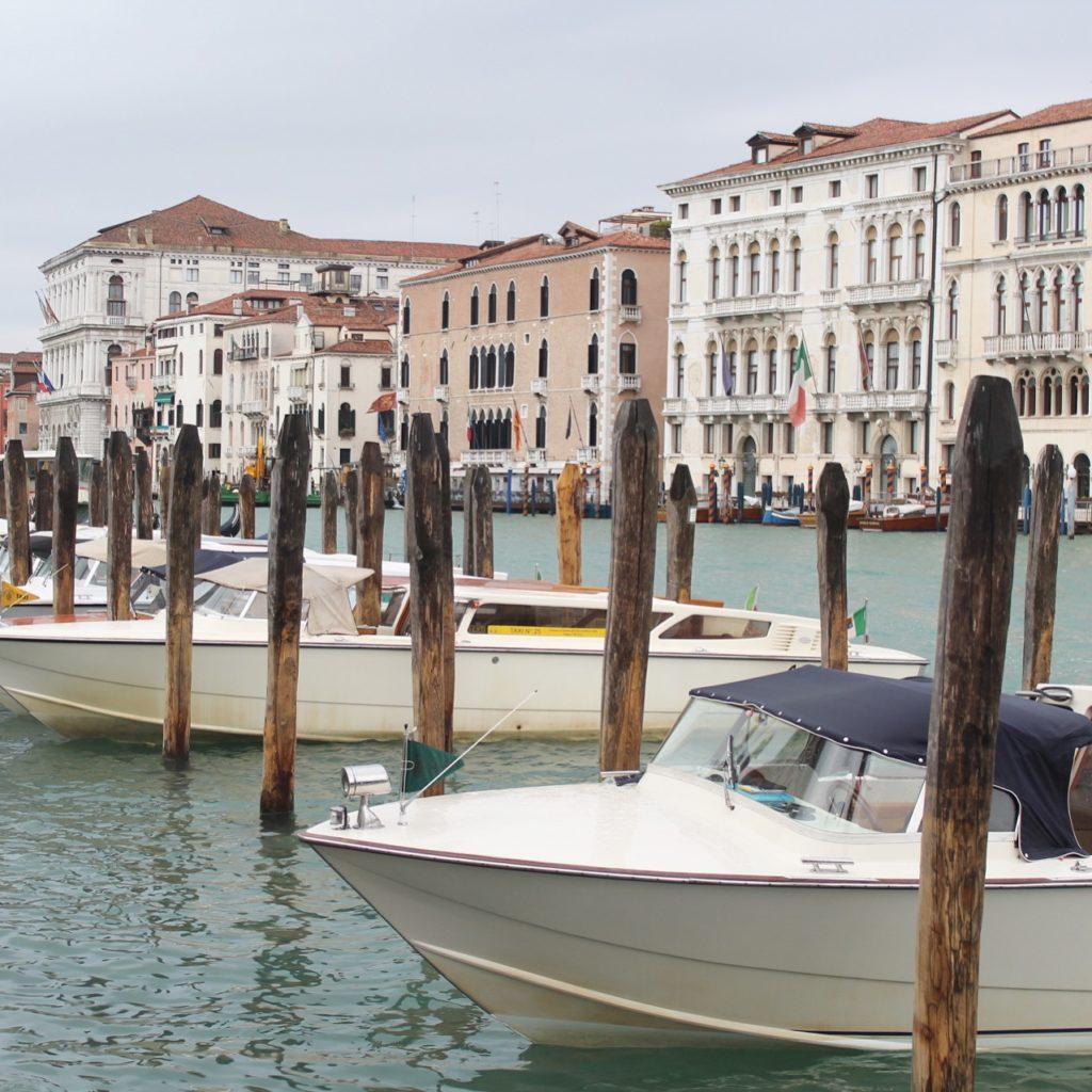 Boote auf dem Canal Grande in Venedig