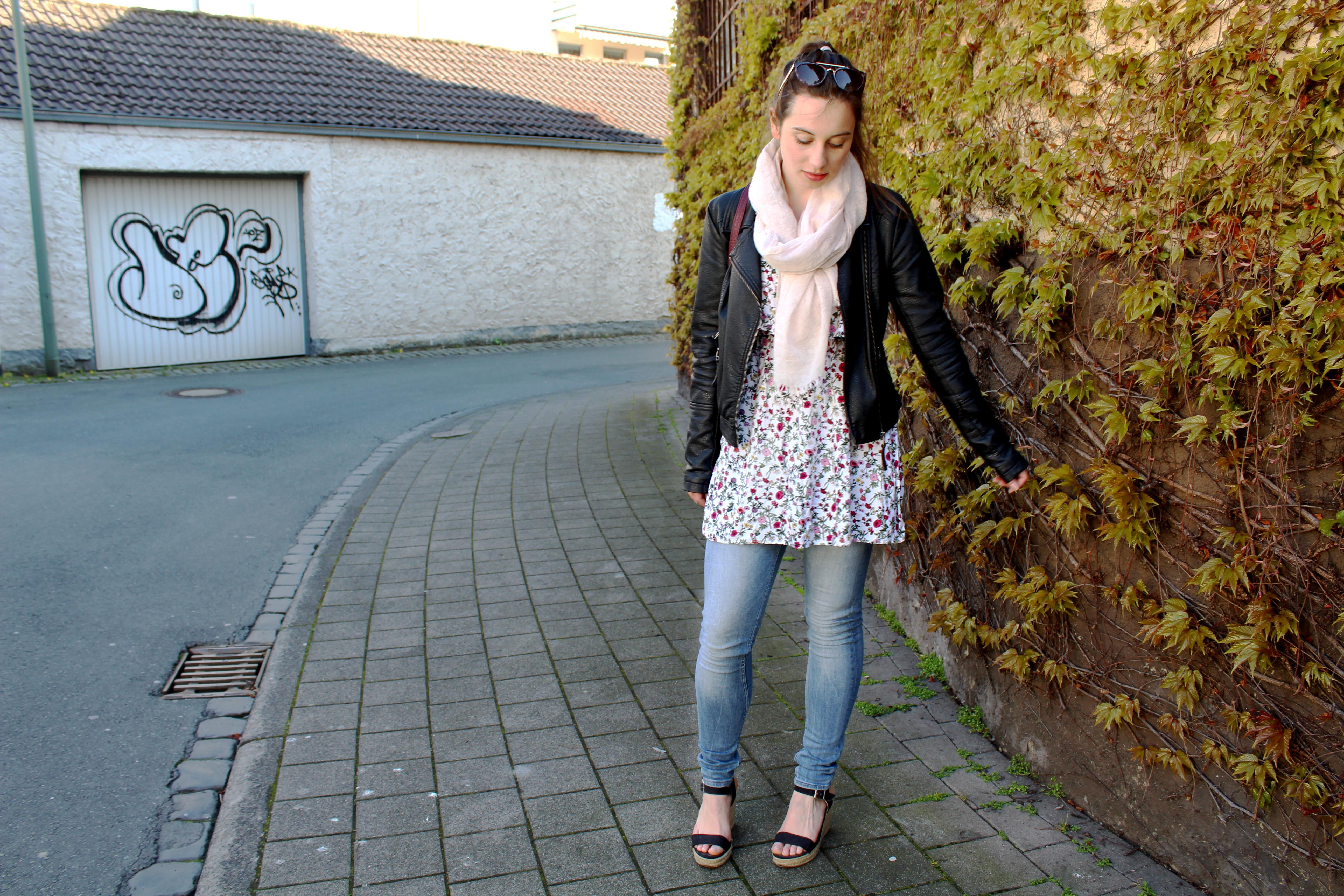 Sommerkleid im Frühling tragen