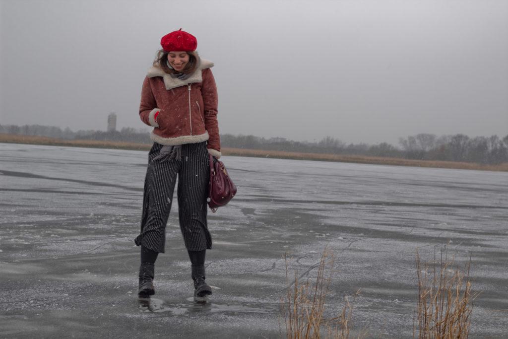 Pilotenjacke und Culotte auf der Eiswiese