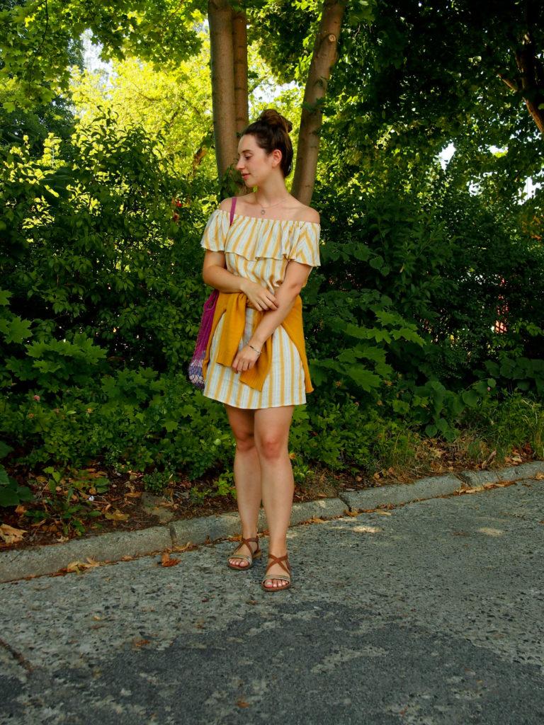 So kombiniere ich mein gelbes Kleid für schöne Sommertage