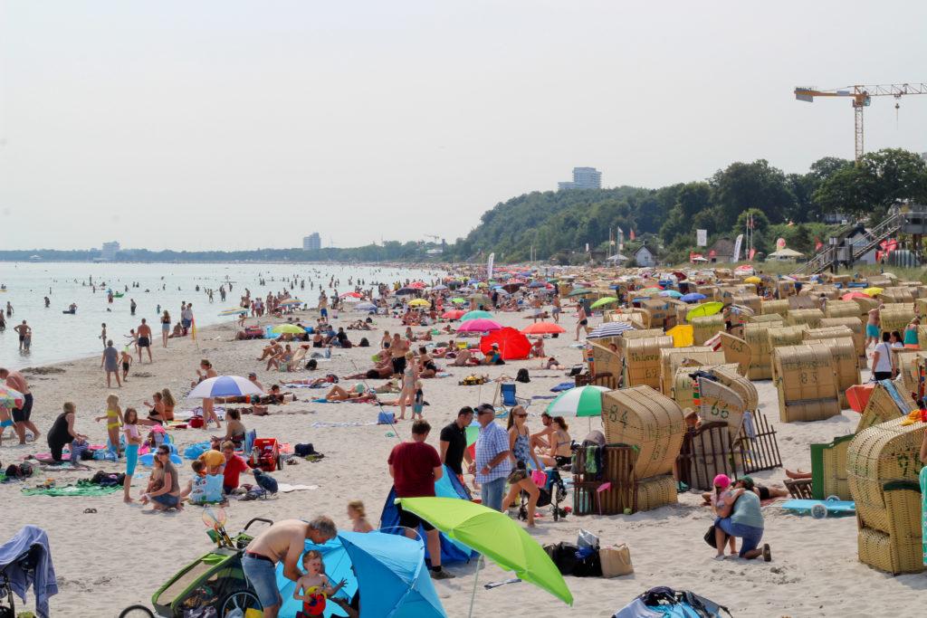 überfüllter strand in Scharbeutz