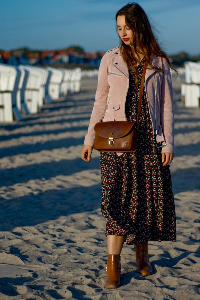 Maxikleid im Herbst am Warnemünder Strand