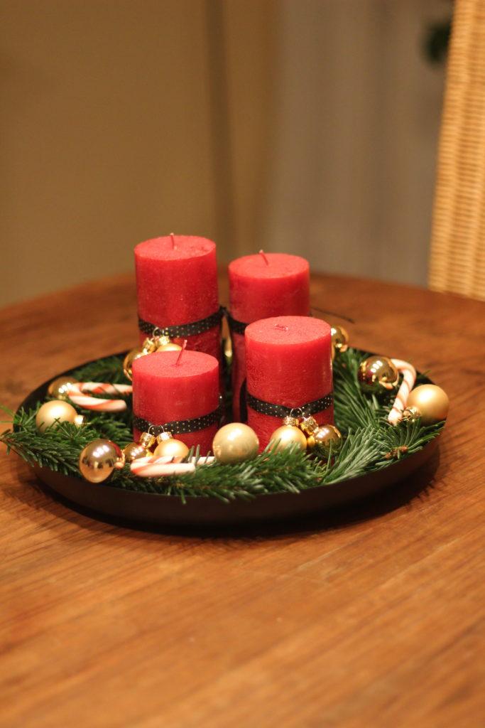 Klassisches Adventsgesteck mit rot und gold