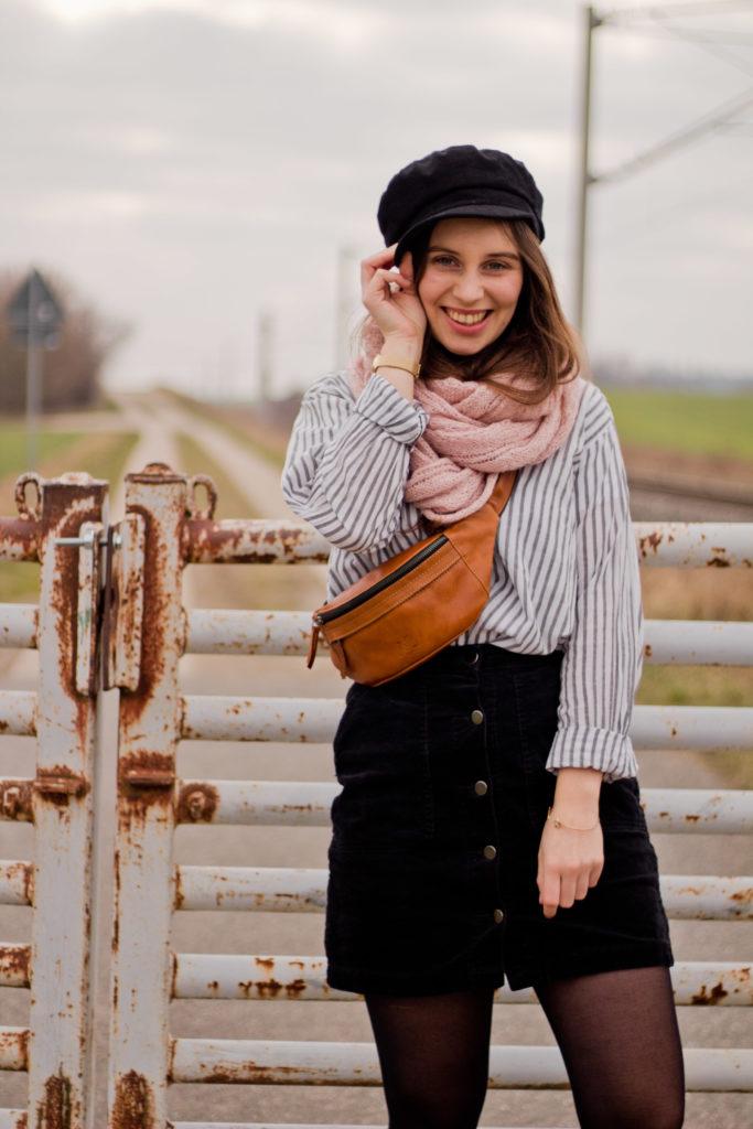 Bloggerin Leni mit Bauchtasche