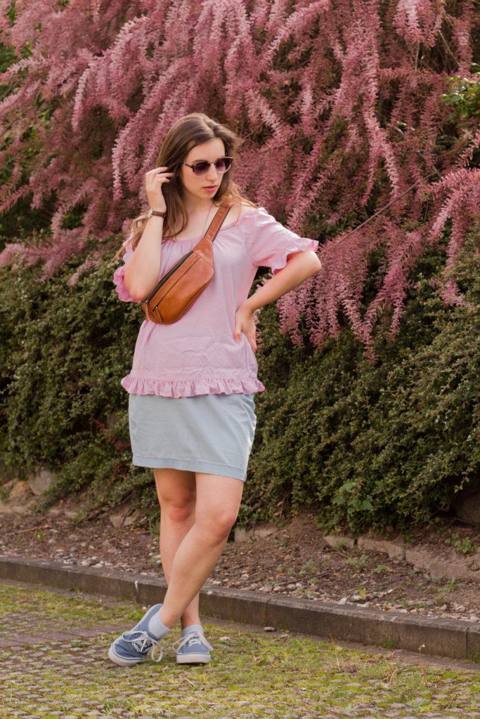 rosa Shirt mit leichtem Jeansrock