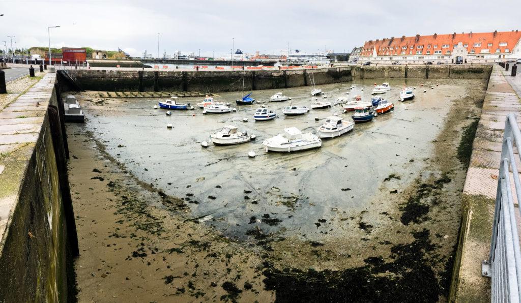 Calais: Hafenbecken bei Ebbe