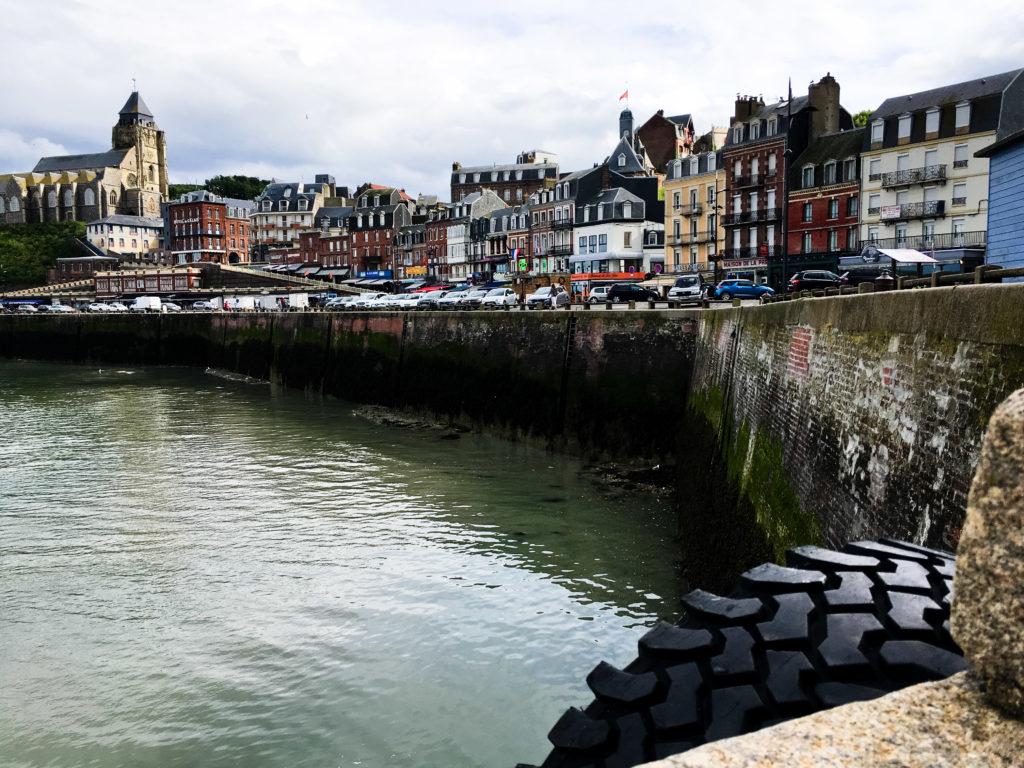 Küstenort Le Tréport in Nordfrankreich bei Ebbe