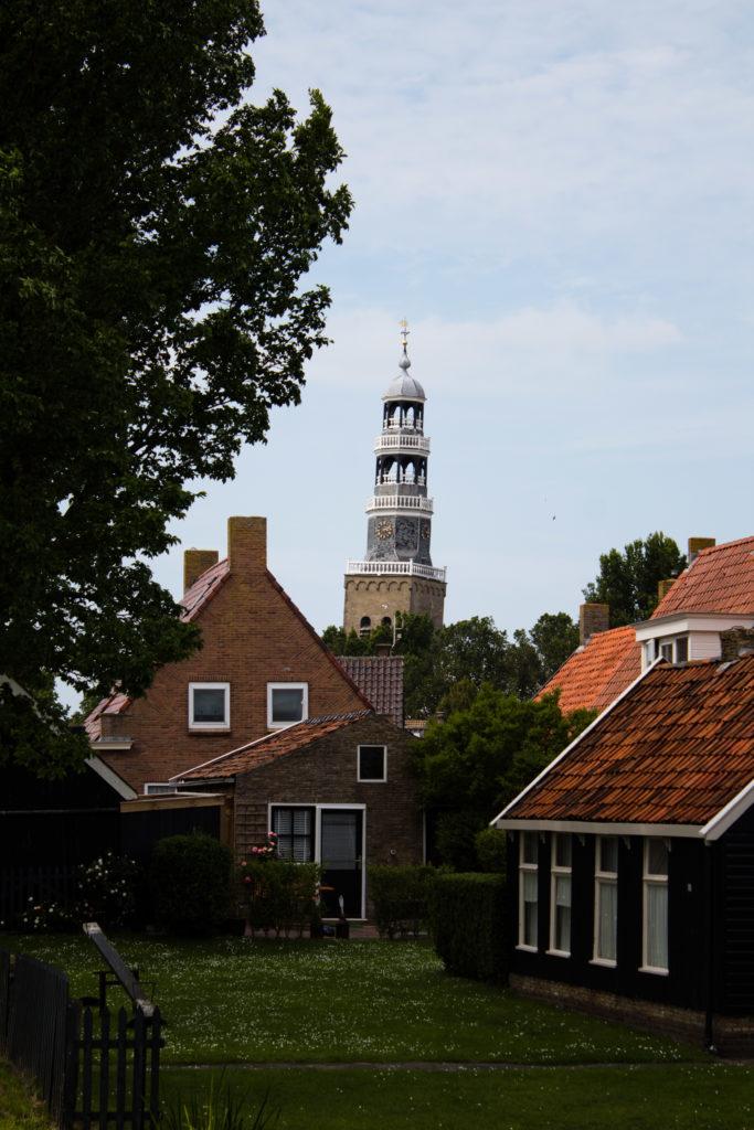 Häuser in Hindeloopen mit Kirchturm