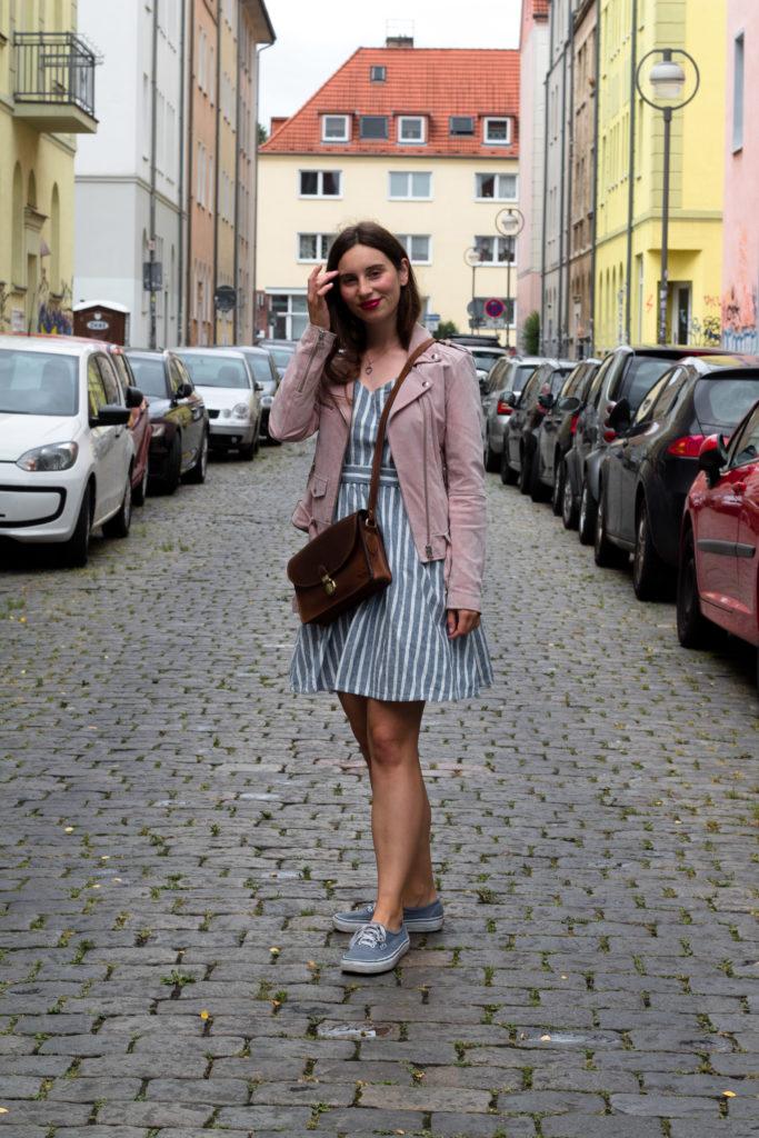 gestreiftes Kleid im Sommer