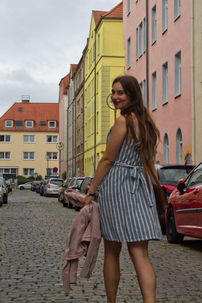 gestreiftes Kleid mit Schleife am Rücken