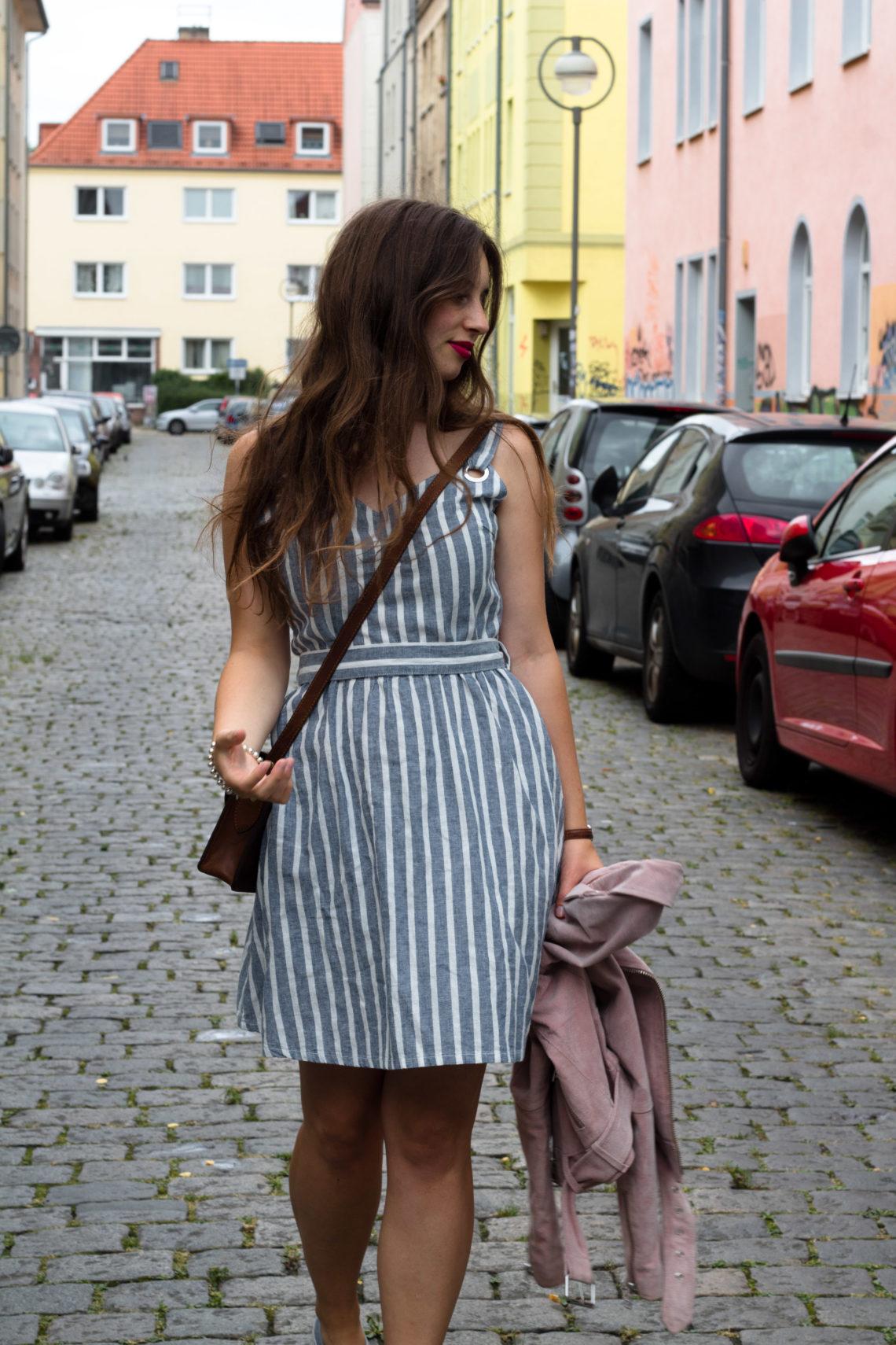 blau weiß gestreiftes Kleid