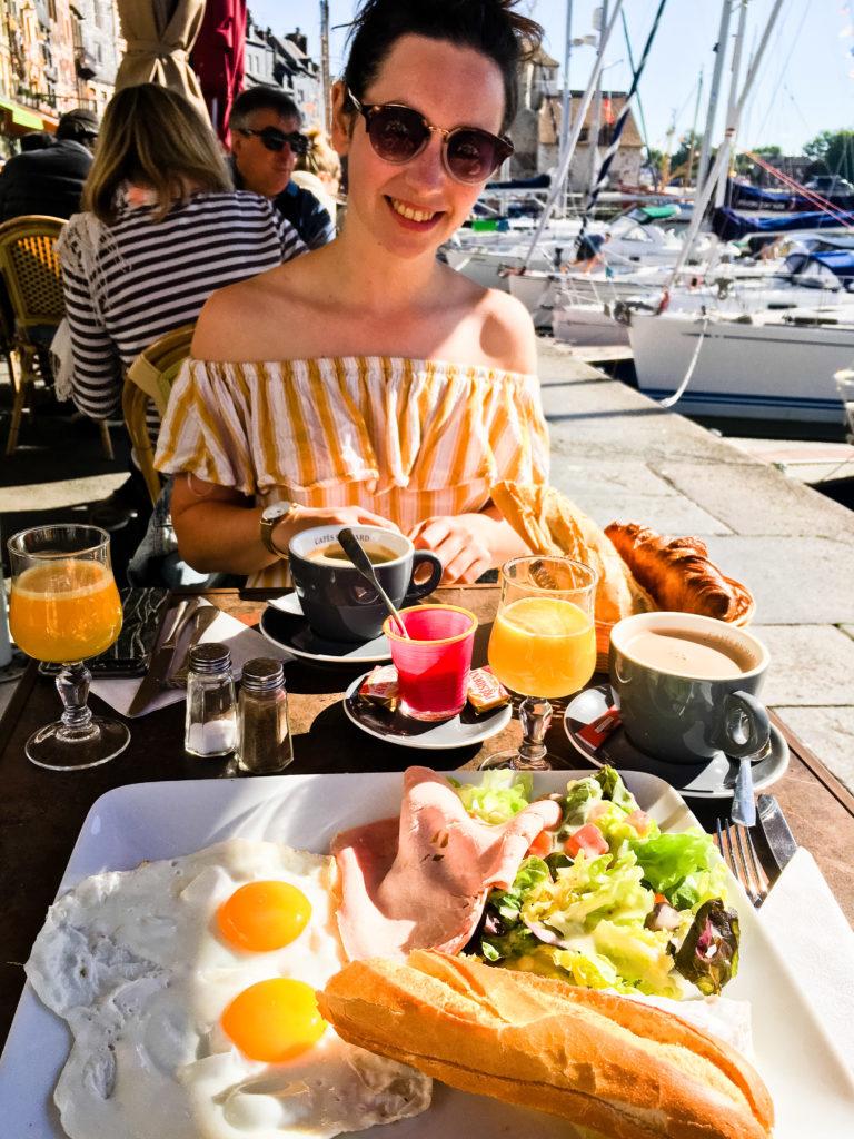 Frühstück am Hafen von Honfleur